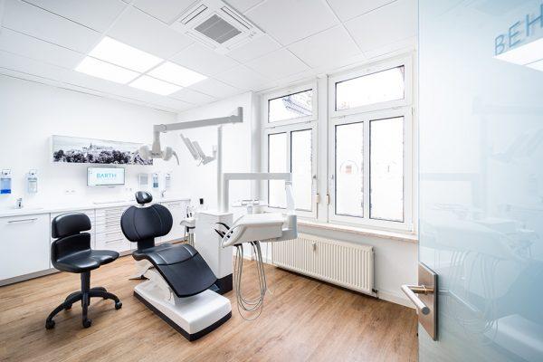 Behandlungsstuhl für Patienten, die sich in Bautzen feste Zähne wünschen.