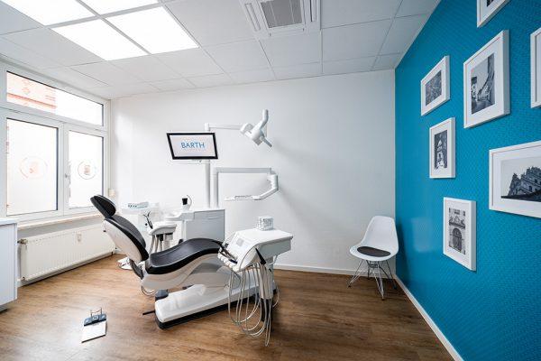 Behandlungsstuhl in dem Patienten feste Zähne in Bautzen erhalten.