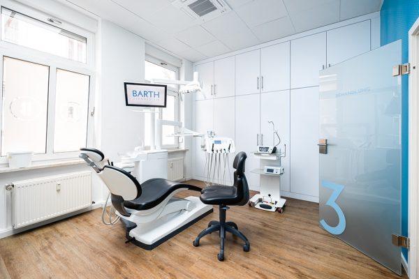 Hier erhalten Patienten in Bautzen feste Zähne an einem Tag.