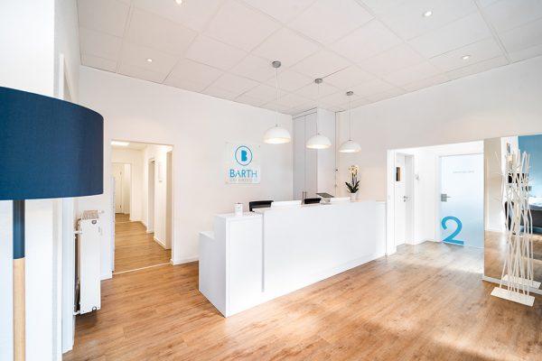 Eingangsbereich der Zahnarztpraxis Barth für feste dritte Zähne an einem Tag.