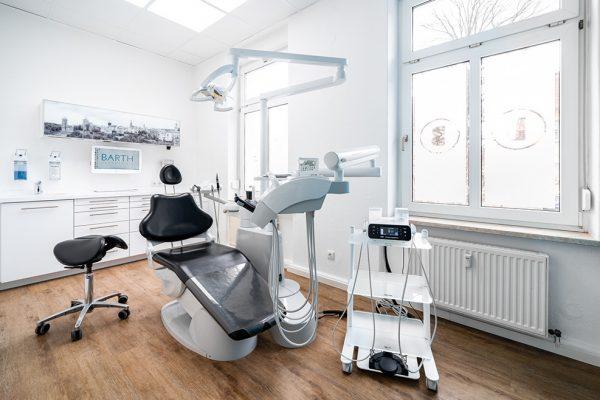 In Bautzen bekommen Patienten feste dritte Zähne an einem Tag.