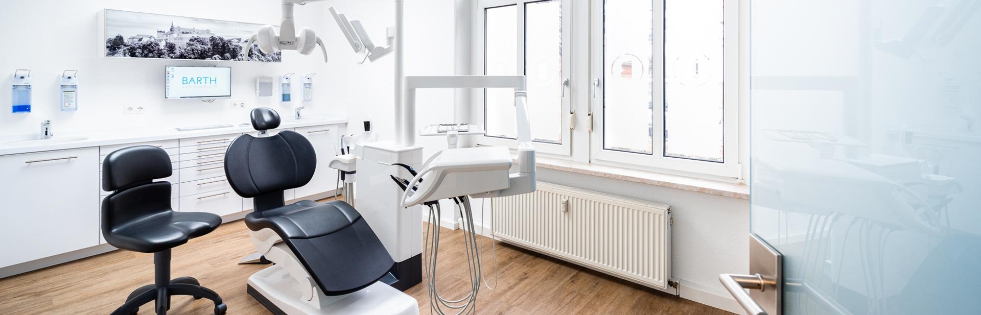 Behandlungszimmer beim Zahnarzt in Bautzen.